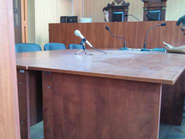 Шар пилу на столі у Червонозаводському суді