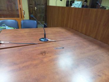 Шар пилу на столі учасників судового процесу