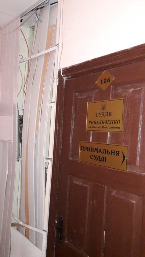Тріснута стіна у Дзержинському суді