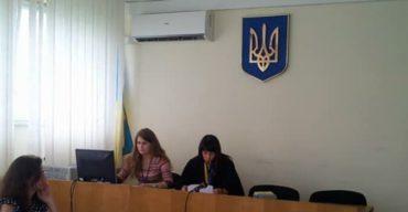 Неохайне ставлення секретаря судового засідання до державного символу України
