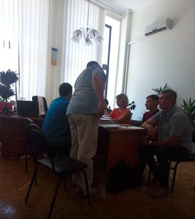 Представник відповідача передає особисто судді Новіковій Н.А. документи